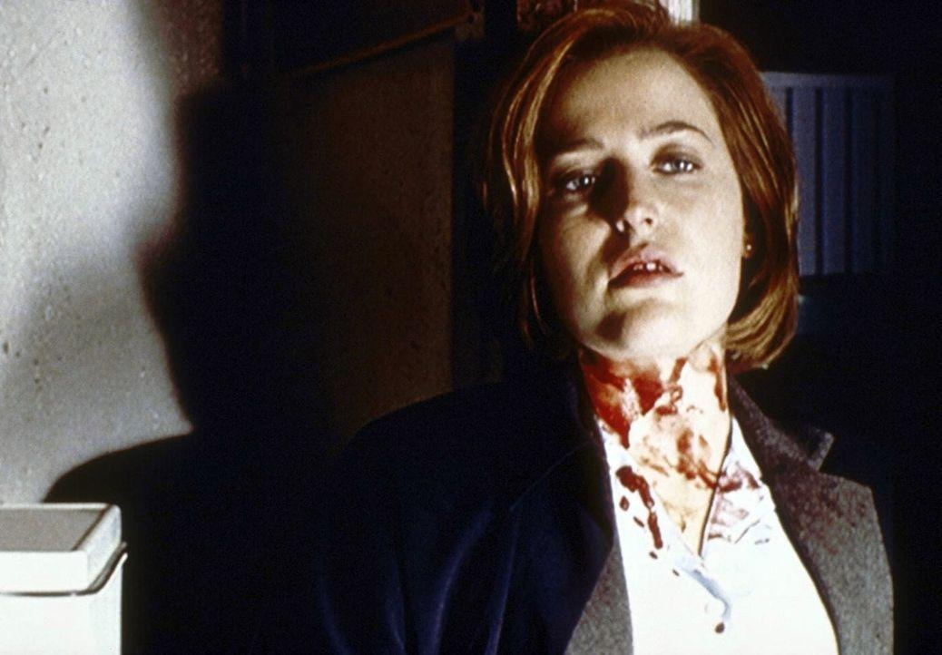 Scully (Gillian Anderson) ist tödlich getroffen worden, doch ein geheimnisvoller Unbekannter rettet ihr das Leben ... - Bildquelle: TM +   2000 Twentieth Century Fox Film Corporation. All Rights Reserved.