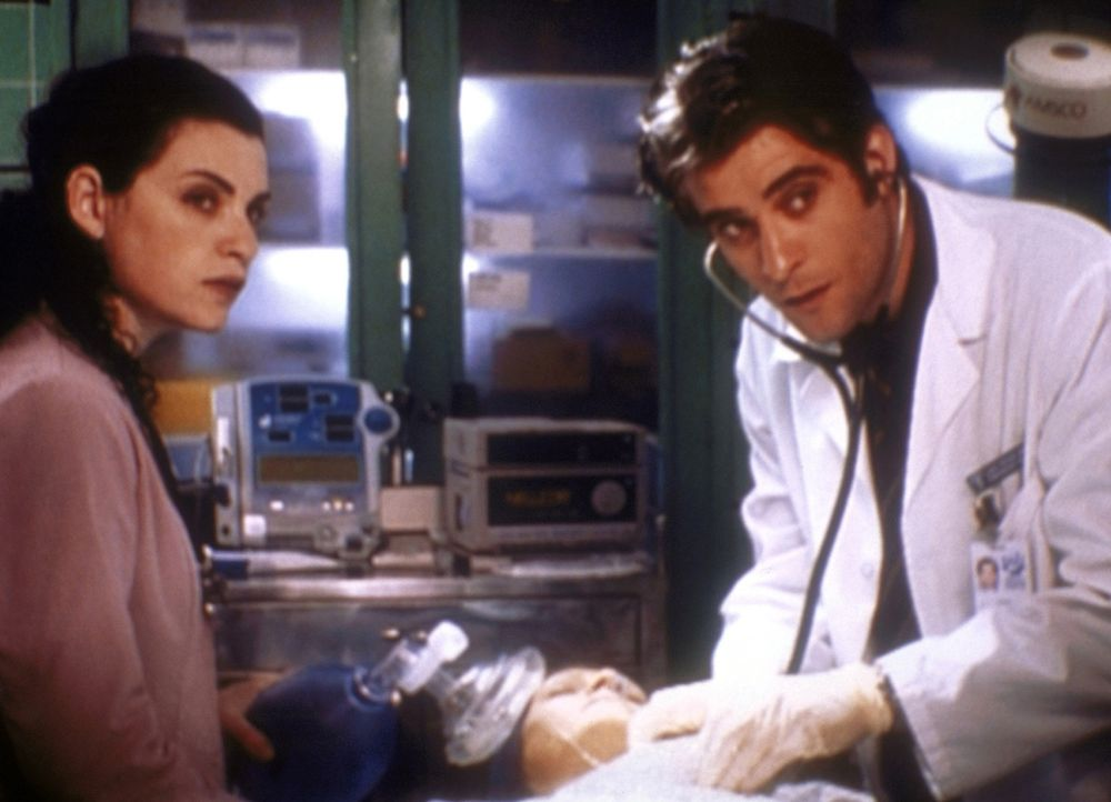 Dr. Kovac (Goran Visnjic, r.) intubiert auf Hathaways (Julianna Margulies, l.) Wunsch eine Patientin, die solche Maßnahmen eigentlich per Testament... - Bildquelle: TM+  2000 WARNER BROS.