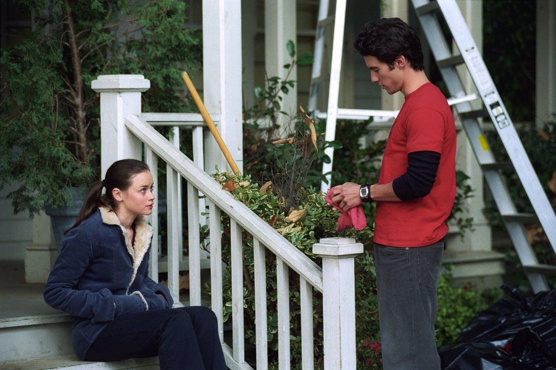 Nachdem Dean Rory (Alexis Bledel, l.) darauf aufmerksam gemacht hat, dass sie sein Armband verloren hat, beginnt diese überall in der Stadt danach z... - Bildquelle: 2001 Warner Bros. Entertainment, Inc.