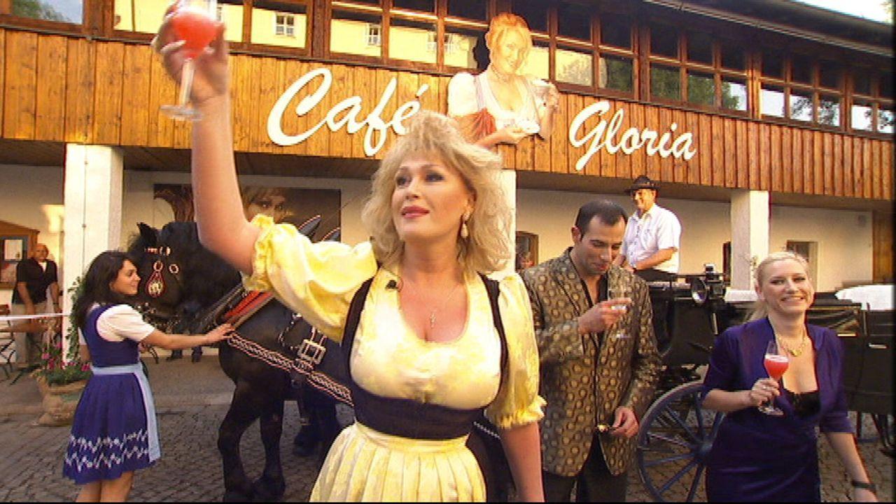 Sie kam im falschen Körper zur Welt - und am falschen Ort: Gloria Gray floh aus der bayerischen Provinz. Jetzt kehrt sie als üppiges Vollweib zur - Bildquelle: SAT.1