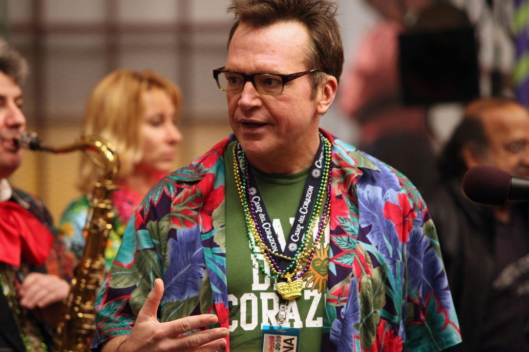 Leiter des Camp Del Corazon, in dem herzkranke Kinder wieder aufgemuntert werden: Kahuna (Tom Arnold) ... - Bildquelle: Warner Bros. Television