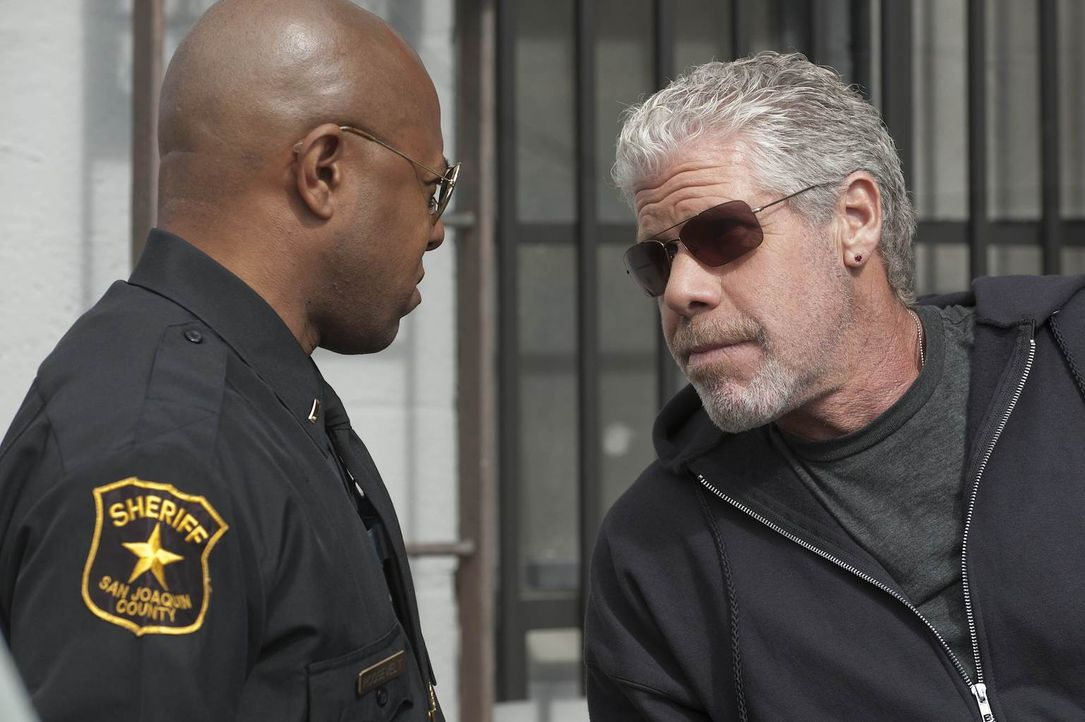 Deckung ist alles: Clay (Ron Perlman) plaudert mit Sheriff Roosevelt (Rockmond Dunbar) ... - Bildquelle: 2011 Twentieth Century Fox Film Corporation and Bluebush Productions, LLC. All rights reserved.