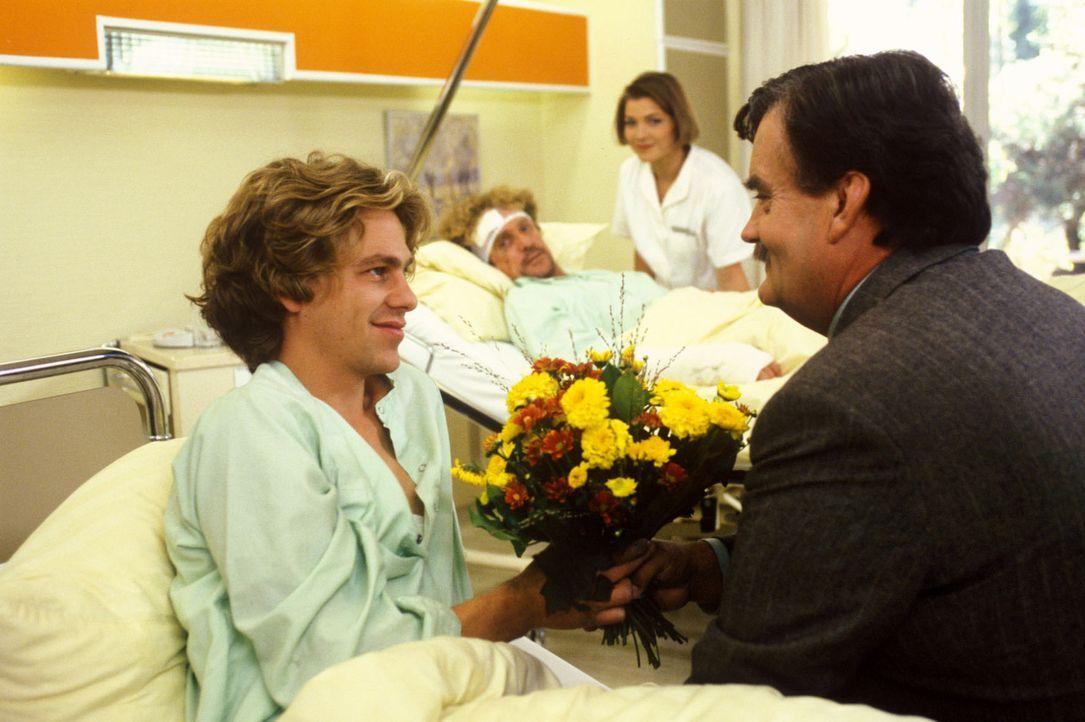 Baulöwe Wendeleit (Gerhard Olschewski, r.) besucht seinen Sohn Tobias (Andreas Nickl, l.), der bei dem Unfall auf der Baustelle ebenso wie der engl... - Bildquelle: Noreen Flynn Sat.1