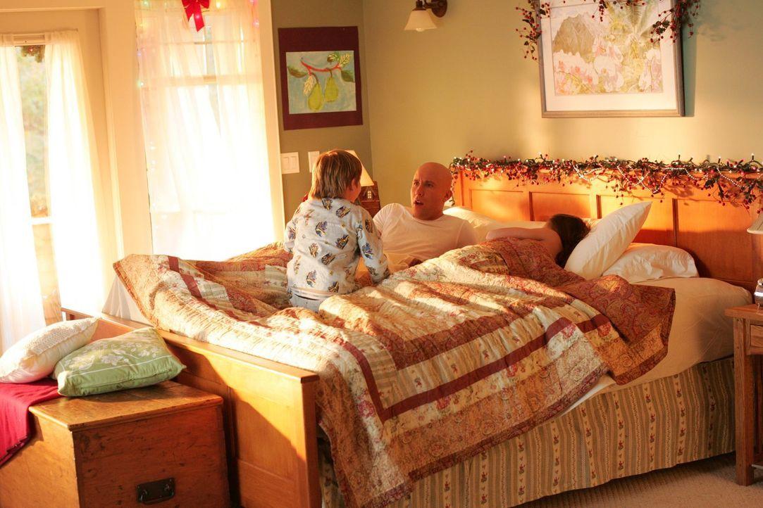 Lex (Michael Rosenbaum, M.) wacht nach dem Unfall auf. Statt in einem Krankenhaus liegt er aber mit Lana (Kristin Kreuk, r.) im Bett und wird vom ge... - Bildquelle: Warner Bros.