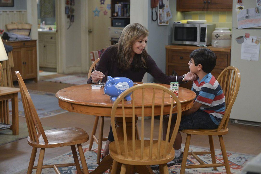 Die etwas andere Großmutter: Bonnie (Allison Janney, l.) macht ihren Enkel Roscoe (Blake Garrett Rosenthal, r.) mit den Grundregeln des Zockens vert... - Bildquelle: Warner Brothers Entertainment Inc.