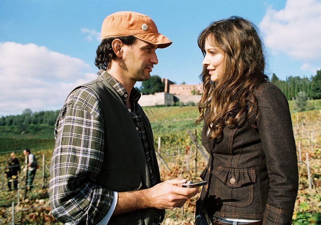 Lilly (Mina Tander, r.) folgt ihrem Herzen zu dem Rikschafahrer Jo (Luca Zamperoni, l.) nach Italien und erlebt dort eine Überraschung. - Bildquelle: Stephan Rabold Sat.1