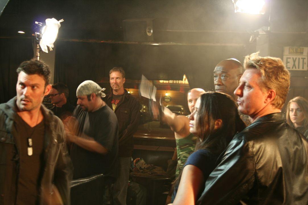 Schon bald wird Callan (Brian Austin Green, l.) klar, dass von Polizeichef Erlik (Michael Clarke Duncan, 3.v.r.) keine Hilfe zu erwarten ist ... - Bildquelle: 2011 Cross Entertainment, LLC. All Rights Reserved.