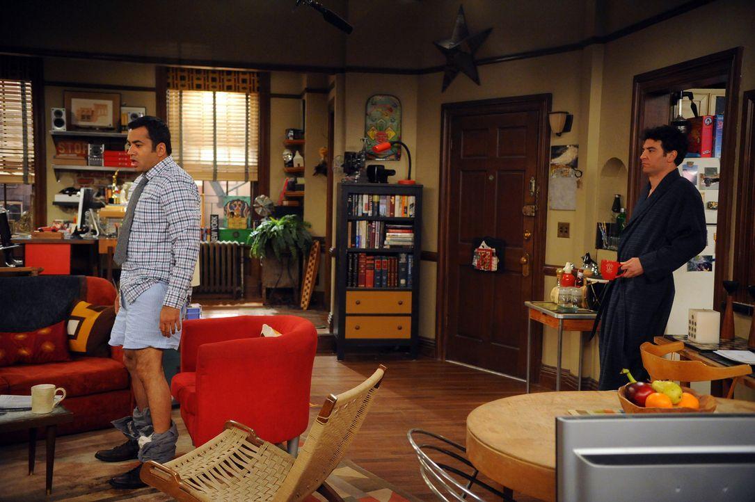 Ted (Josh Radnor, r.) ist schockiert, als er Kevin (Kal Penn, l.) in Boxershorts im Wohnzimmer stehen sieht ... - Bildquelle: 20th Century Fox International Television
