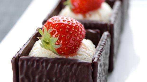 Leckere After Eight Würfel mit Vanilleeis und Erdbeeren