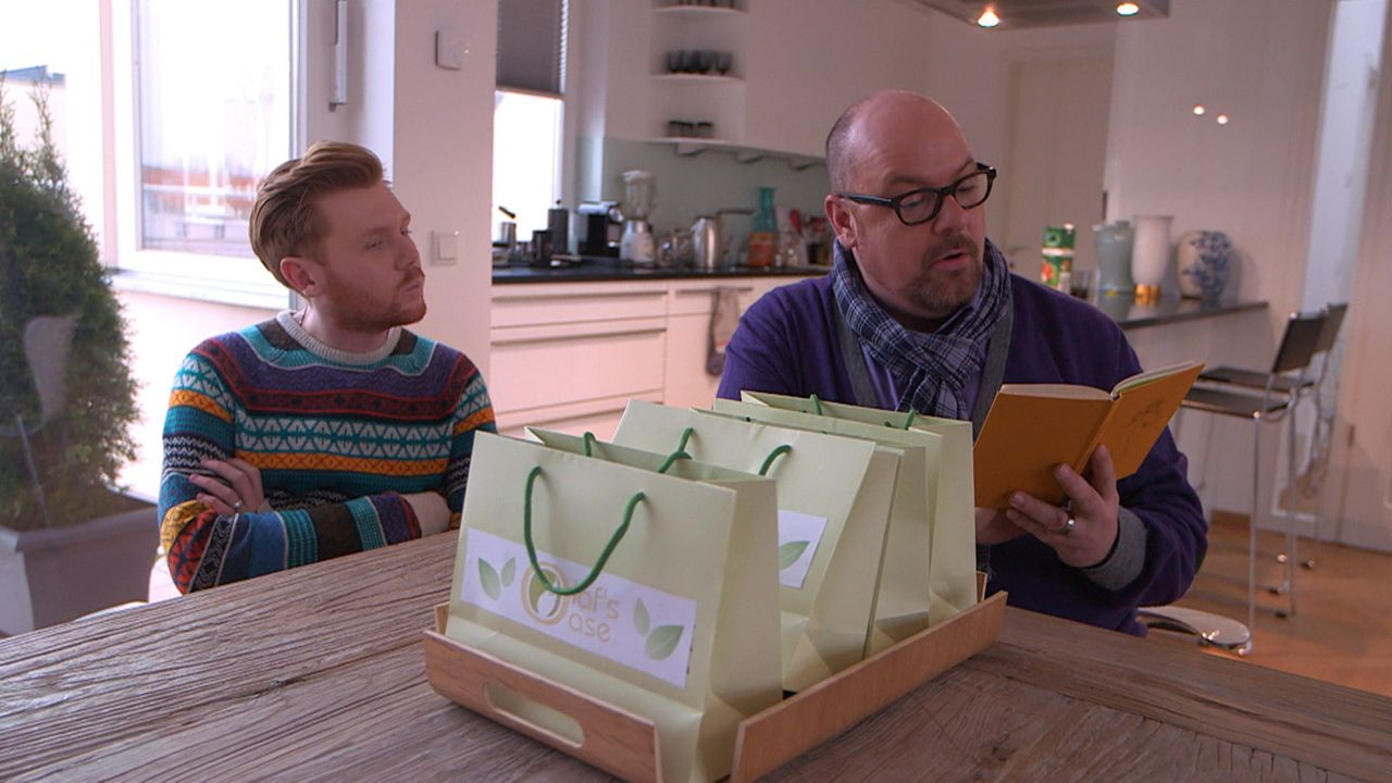 Olaf (r.) und Henning (l.) feiern ihre Geschäftseröffnung. Doch Olafs Verdacht verstärkt sich, dass ihm sein Verlobter etwas verheimlicht ... - Bildquelle: SAT.1