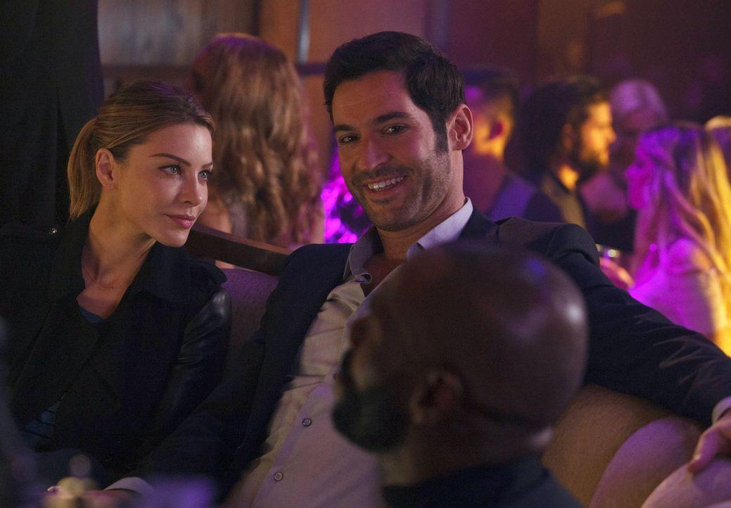 Während Chloe (Lauren German, l.) einen Mordfall aufklären muss, macht Lucifer (Tom Ellis, r.) Bekanntschaft mit einem Diener seines Vaters und vers... - Bildquelle: 2016 Warner Brothers