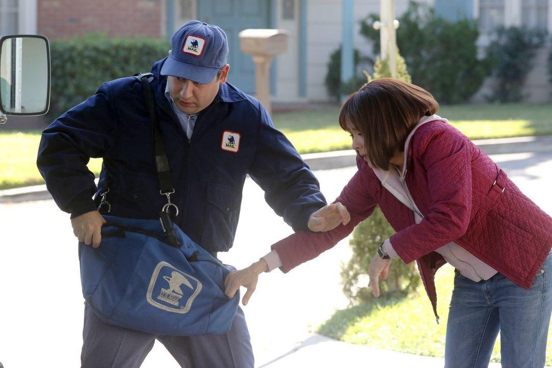 Frankie (Patricia Heaton, r.) und Mike warten bisher vergeblich auf die Zusage eines Colleges für Axls Sportstipendium. Diese Ungewissheit löst bei... - Bildquelle: Warner Brothers