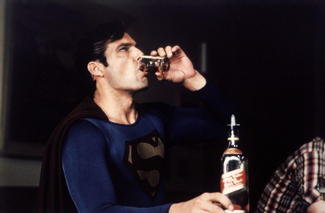Durch einen Klumpen synthetischen Kryptonits hat sich der Charakter von Superman (Christopher Reeve) schlagartig geändert - er sitzt unrasiert in Ba... - Bildquelle: Warner Bros.