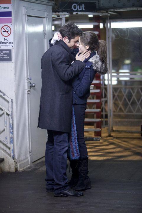 Erst als Fiona (Emmy Rossum, r.) sein Geheimnis herausfindet, lässt sie sich auf Steve (Justin Chatwin, l.) ein ... - Bildquelle: 2010 Warner Brothers