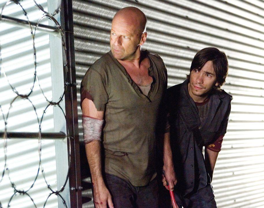 Nachdem John McClane (Bruce Willis, l.) Farrell (Justin Long, r.) in der letzten Sekunde das Leben gerettet hat, versuchen sie, gemeinsam dem ehemal... - Bildquelle: Frank Masi 2007 Twentieth Century Fox Film Corporation.  All rights reserved.