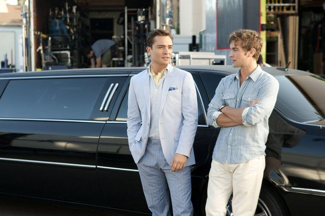 Reisen nach Los Angeles und gehen zusammen mit Serena auf eine Party in den Hollywood Hills: Chuck (Ed Westwick, l.) und Nate (Chace Crawford, r.) ... - Bildquelle: Warner Bros. Television