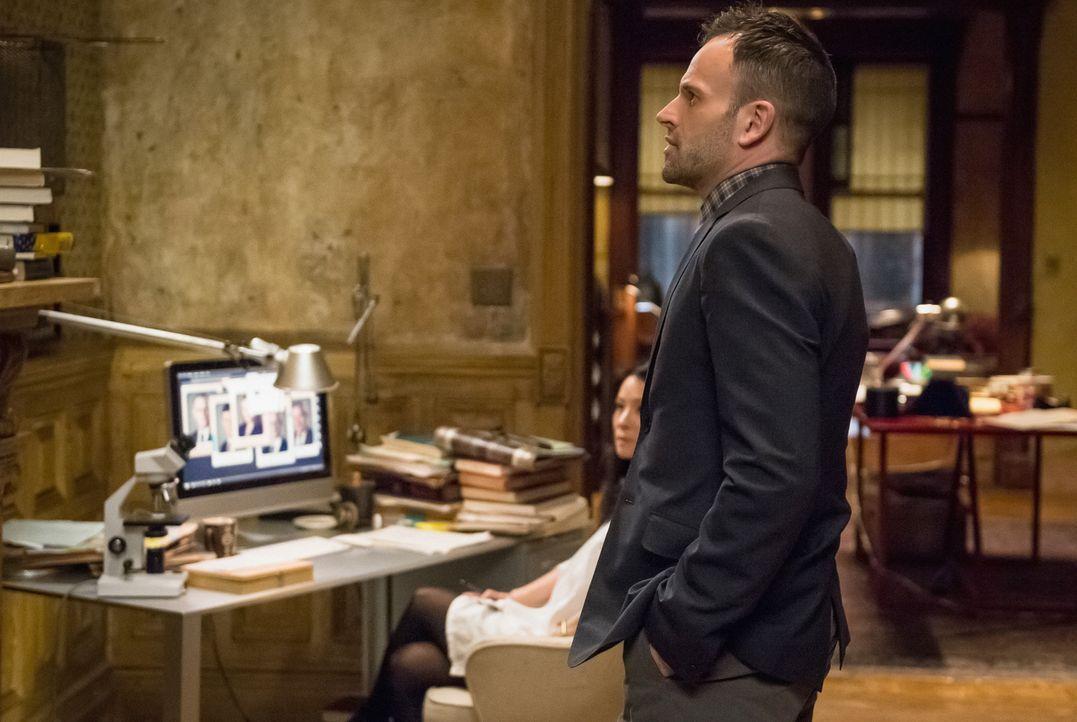 Die Gegenwart von Sherlocks (Jonny Lee Miller, vorne) Bruder Mycroft in New York führt zu unerträglichen Spannungen zwischen ihm und Watson (Lucy Li... - Bildquelle: CBS Television