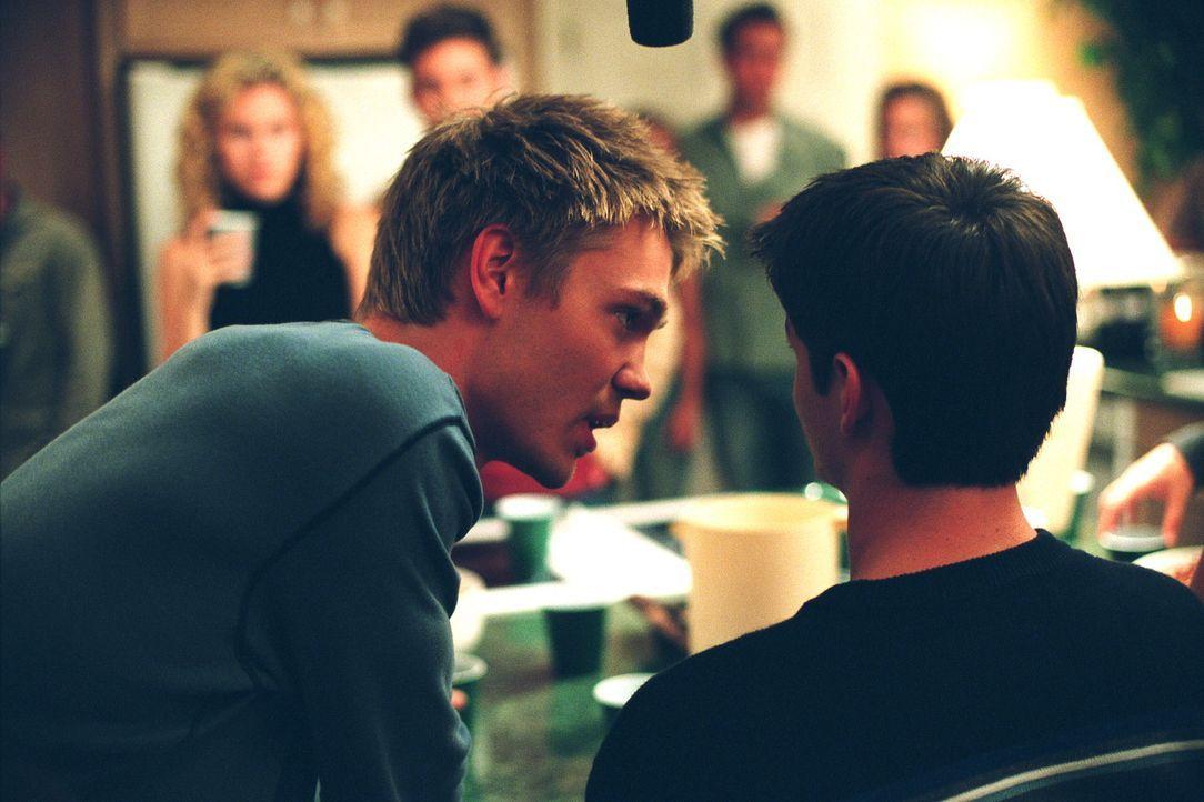 Auf einer Teamparty provoziert Nathan (James Lafferty, r.) Lucas (Chad Michael Murray, l.) bis aufs Letzte ... - Bildquelle: Warner Bros. Pictures