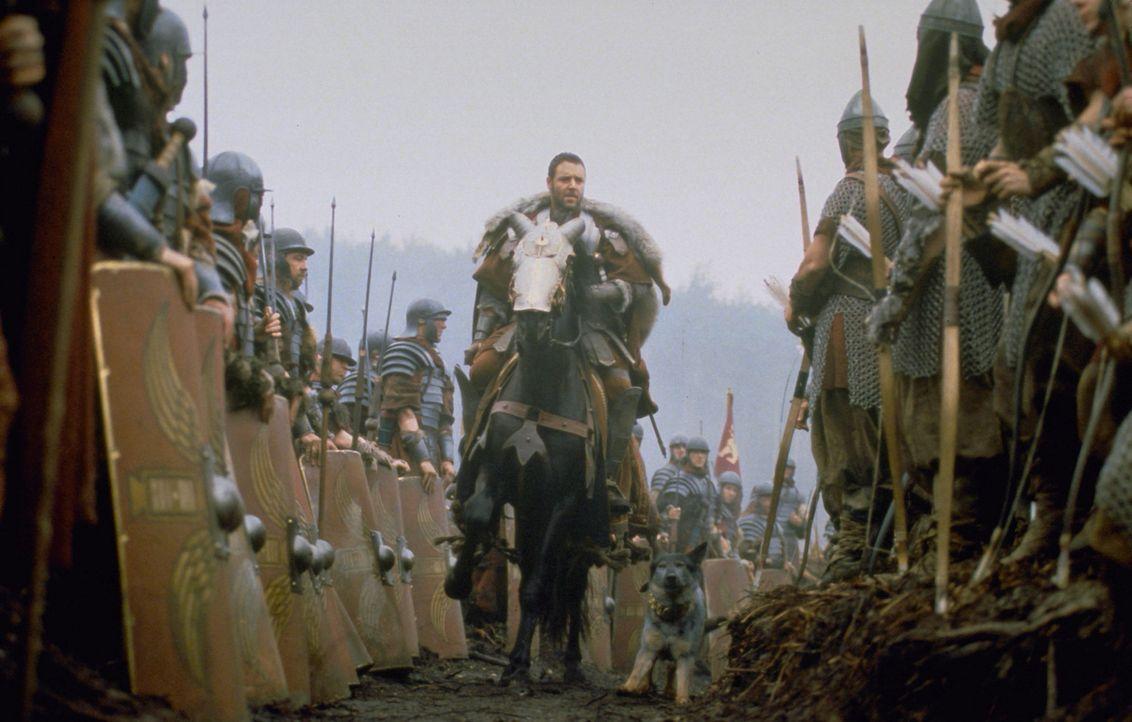 Zur Blütezeit des römischen Reiches sehnt sich General Maximus (Russell Crowe, M.) nach einer weiteren gewonnen Schlacht, nur um endlich zu Frau und... - Bildquelle: Universal Pictures