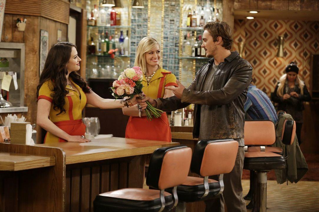 Caroline (Beth Behrs, M.) ist von Max' (Kat Dennings, l.) neuem Freund Owen (Steve Talley, r.) recht angetan und auch Max mag ihn gerne, doch eine S... - Bildquelle: Warner Brothers