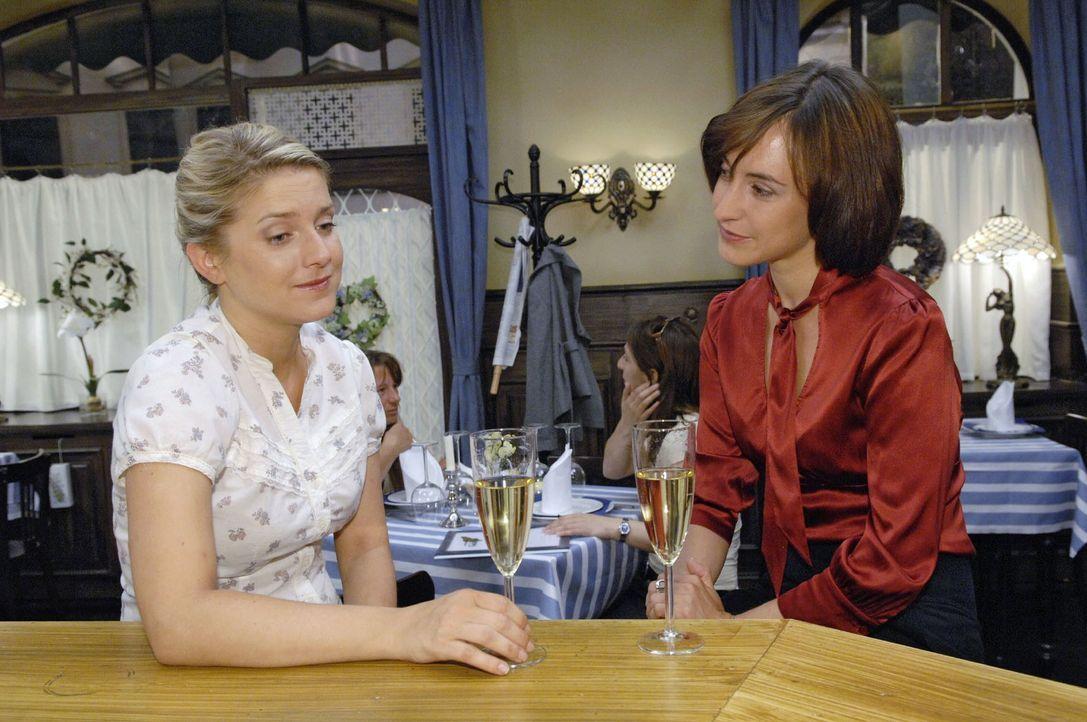 Anna (Jeanette Biedermann, l.) vertraut sich bezüglich Jonas Vanessa (Maike von Bremen, r.) an. - Bildquelle: Claudius Pflug Sat.1