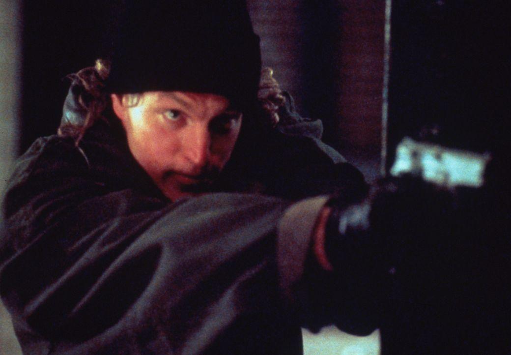 Als Charlie (Woody Harrelson) und John wegen Missachtung der Dienstvorschriften gefeuert werden, bricht für Charlie die Welt zusammen. Er sieht nur... - Bildquelle: Columbia Tristar