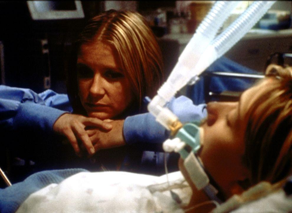 Lucy (Kellie Martin, l.) ist verzweifelt. Valerie (Myndy Crist, r.) hat die Herztransplantation nicht überlebt. - Bildquelle: TM+  2000 WARNER BROS.