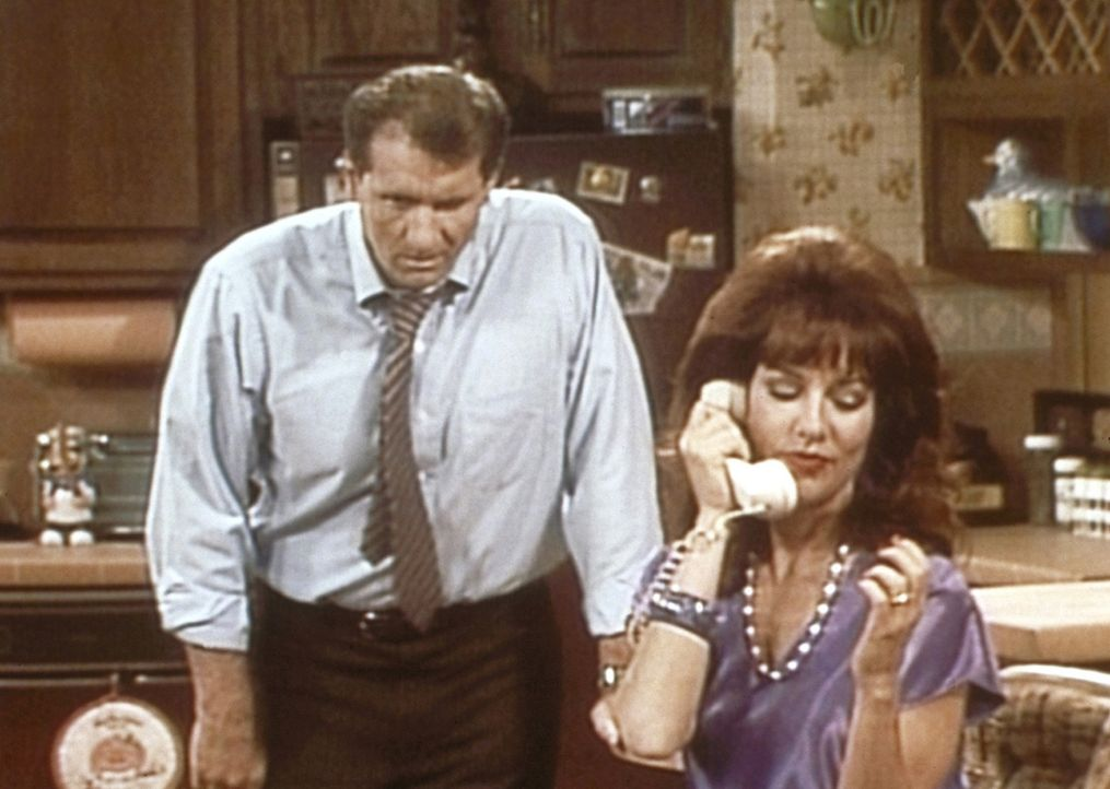 Al (Ed O'Neill, l.) ist es leid, dass Peggy (Katey Sagal, r.) das Haushaltsbudget am Telefon verplaudert. - Bildquelle: Columbia Pictures