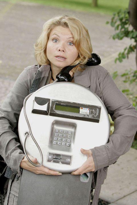In diesem öffentlichen Telefon vermutet Peggy (Annette Frier) einen wichtigen Beweis für Anjas Unschuld - und lässt den ganzen Apparat kurzerhand mi... - Bildquelle: Frank Dicks Sat.1