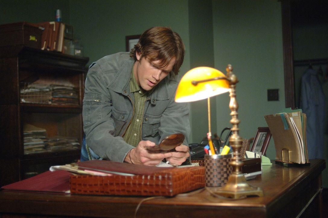 Sam (Jared Padalecki) und sein Bruder Dean entdecken in einem Geheimversteck ihres Vaters in New York eine verzauberte Hasenpfote. Wer sie berührt,... - Bildquelle: Warner Bros. Television