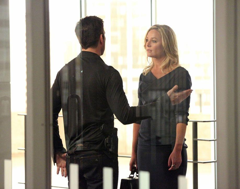 Haben wegen ihres gemeinsames Sohnes einiges zu besprechen: Amanda (Elizabeth Rohm, r.) und Jack (Dylan McDermott, l.) ... - Bildquelle: Warner Bros. Entertainment, Inc.