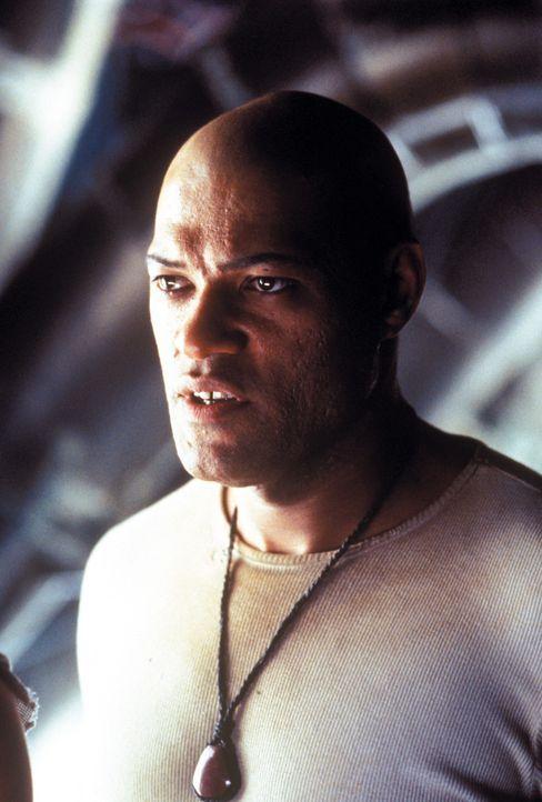 """Morpheus (Laurence Fishburne) setzt seine ganze Hoffnung darauf, dass Neo der """"Auserwählte"""" ist, der die Menschheit vor den Maschinen befreien kann. - Bildquelle: Warner Bros. Pictures"""