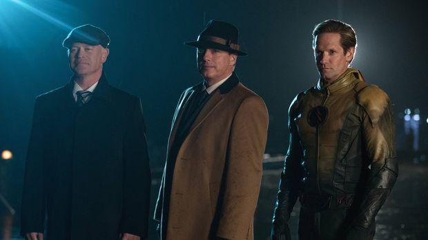 Damien Darhk (Neal McDonough, l.), Malcolm Merlyn (John Barrowman, M.) und Th...