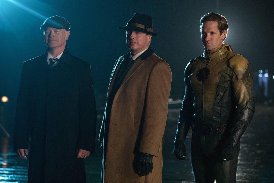 Damien Darhk (Neal McDonough, l.), Malcolm Merlyn (John Barrowman, M.) und Thawne alias Reverse-Flash (Matt Letscher, r.) stellen den Legends eine F... - Bildquelle: Warner Brothers