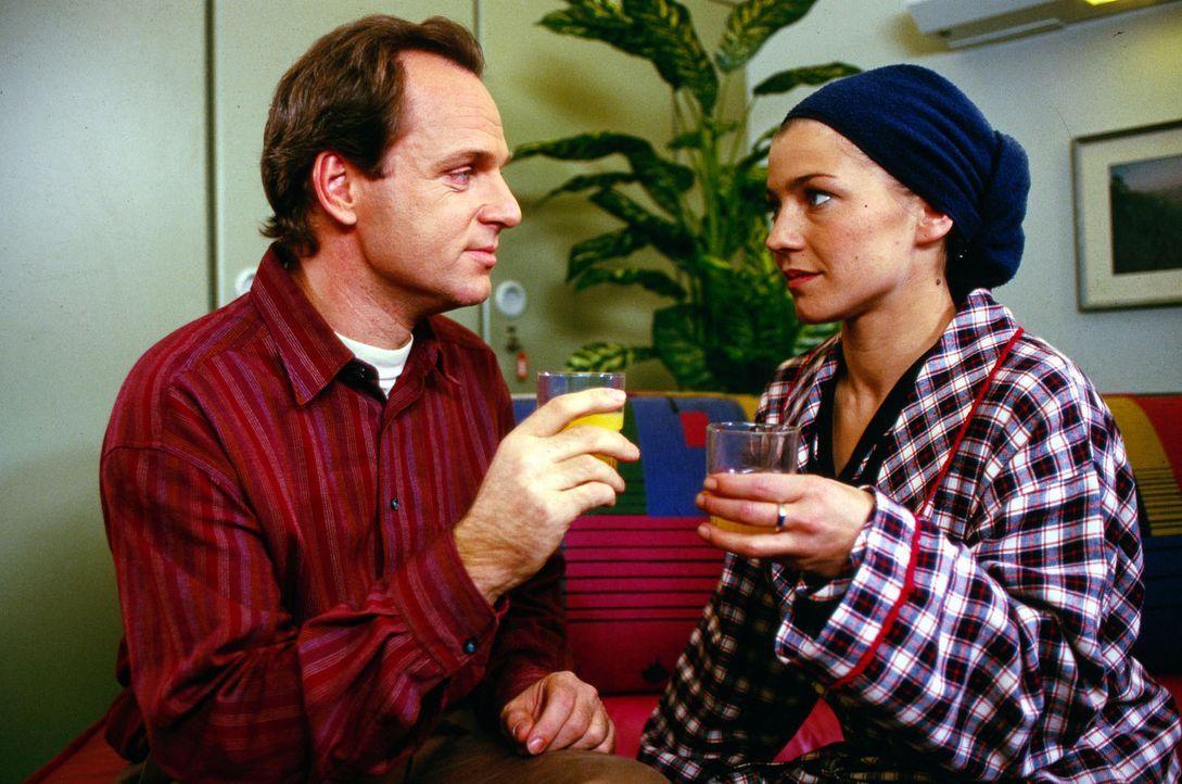 Stephanie (Claudia Schmutzler, r.) geht es von Tag zu Tag besser. Als Nerlinger (Herbert Trattnigg, l.) ihr das Angebot macht, mit ihm in die Schwei... - Bildquelle: Noreen Flynn Sat.1