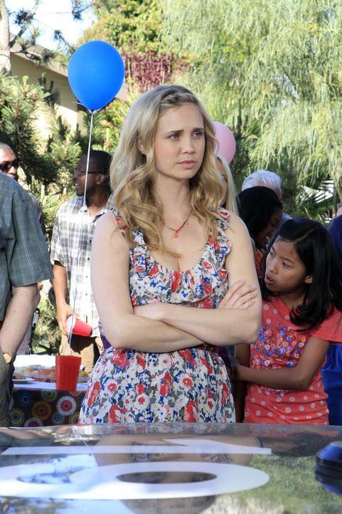 Jenna (Fiona Gubelmann) ist entsetzt, dass Ryan mehrere Autos geknackt haben soll. - Bildquelle: 2011 FX Networks, LLC. All rights reserved.