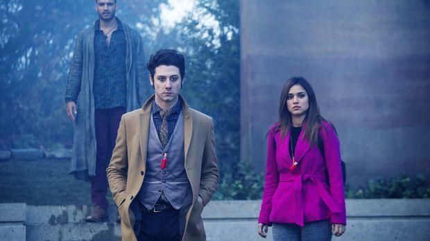 Penny (Arjun Gupta, l.), Eliot (Hale Appleman, M.), Margo (Summer Bishil, r.)...