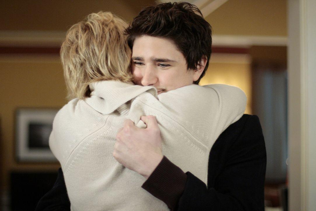Nicole (Marguerite MacIntyre, l.) ist überglücklich, dass Kyle (Matt Dallas, r.) wieder zurück ist ... - Bildquelle: TOUCHSTONE TELEVISION
