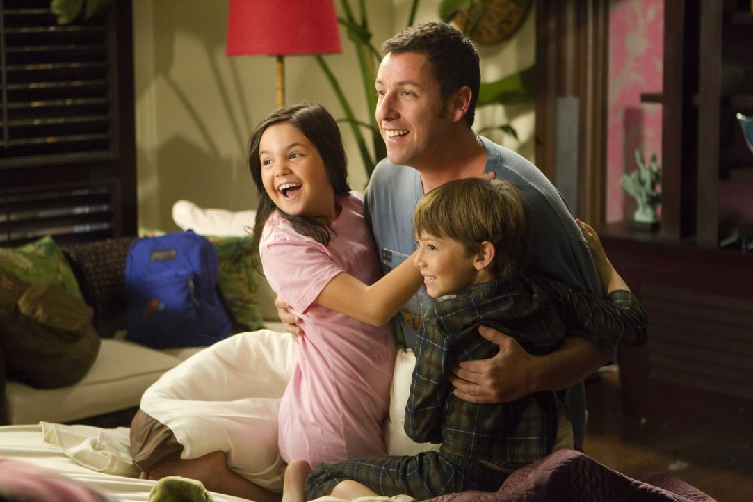 Als sich Danny (Adam Sandler, M.) immer weiter in seinen Lügen verstrickt, muss er auch Katherines Kinder Maggie (Bailee Madison, l.) und Michael (... - Bildquelle: 2011 Columbia Pictures Industries, Inc. All Rights Reserved.