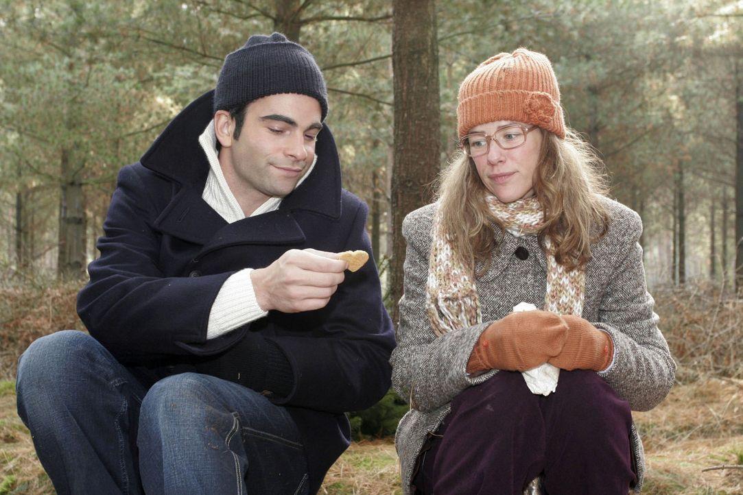 Lisa (Alexandra Neldel, r.) genießt den Ausflug mit David (Mathis Künzler, l.) und hat Plätzchen mitgebracht. Dieses Foto von Alexandra Neldel da... - Bildquelle: Noreen Flynn Sat.1