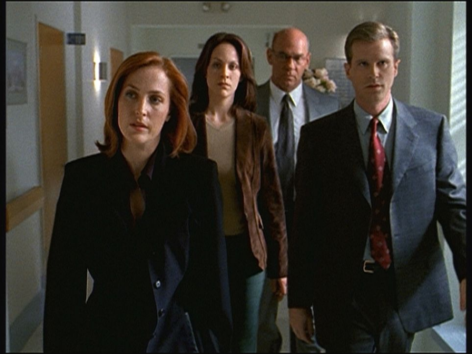 (v.l.n.r.) Scully (Gillian Anderson), Reyes (Annebeth Gish), Skinner (Mitch Pileggi) und Follmer (Cary Elwes) haben erfahren, dass John Doggett ange... - Bildquelle: TM +   Twentieth Century Fox Film Corporation. All Rights Reserved.