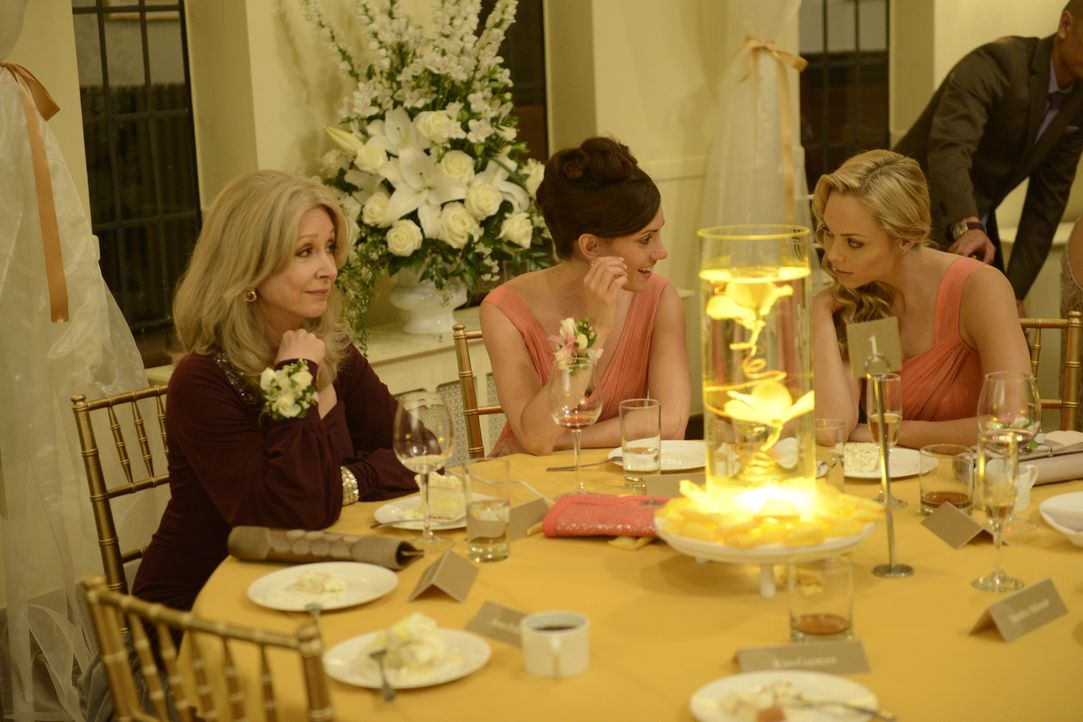 Wie eine richtige Familie: Olivia (Sherry Miller, l.), Diane (Natalie Brown, M.) und Elena (Laura Vandervoort, r.) ... - Bildquelle: 2014 She-Wolf Season 1 Productions Inc.