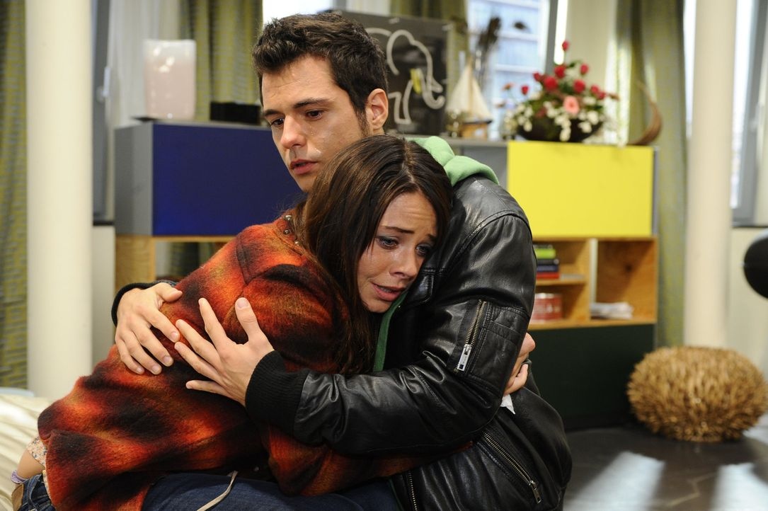 Nach der schockierenden Nachricht macht  sich Maik (Sebastian König, r.) große Sorgen um Paloma (Maja Maneiro, l.) ... - Bildquelle: SAT.1