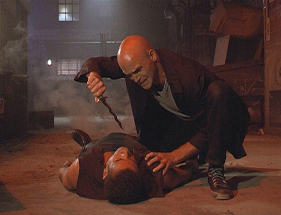 Inspektor Morris (Dorian Gregory, l.) ist von Emilio (Fleming Brooks, r.) niedergeschlagen worden. Seine Chancen stehen schlecht, denn der Verbreche... - Bildquelle: Paramount Pictures