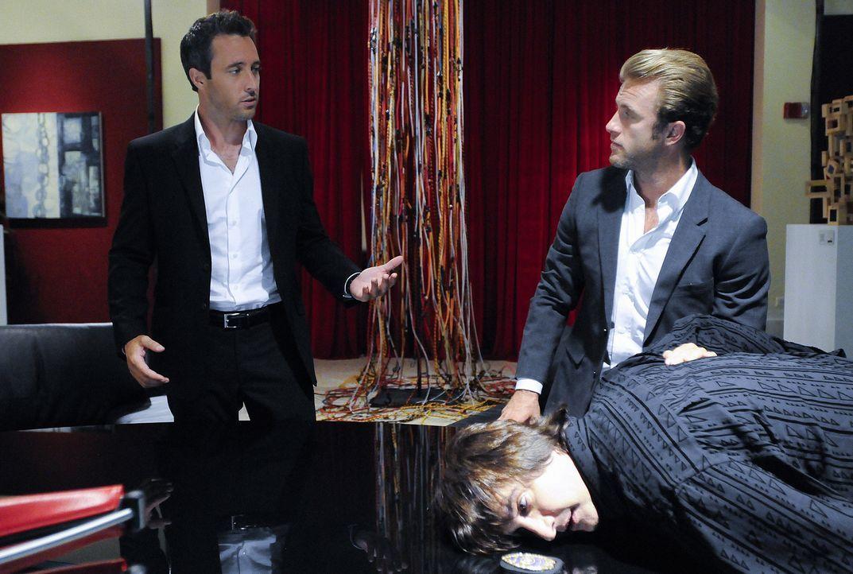 Bei den Ermittlungen im Mordfall Meka stoßen Danny (Scott Caan, M.) und Steve (Alex O'Loughlin, l.) auf Bastille (Bronson Pinchot, r.). Doch hat er... - Bildquelle: TM &   2010 CBS Studios Inc. All Rights Reserved.