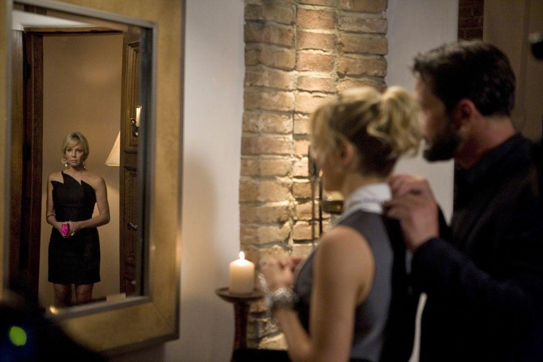 Oh, oh - und schon ist das gute Verhältnis zwischen Ella (Katie Cassidy, M.) und Amanda (Heather Locklear, l.) dank Bens (Billy Campbell, r.) Zutun... - Bildquelle: 2009 The CW Network, LLC. All rights reserved.