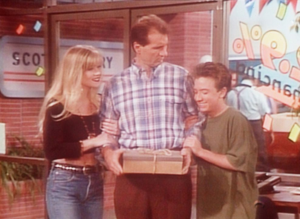 Bud (David Faustino, r.) und Kelly (Christina Applegate, l.) können es kaum fassen, dass Al (Ed O'Neill, M.) 5.000 Dollar in einem Schuhkarton gehor... - Bildquelle: Sony Pictures Television International. All Rights Reserved.