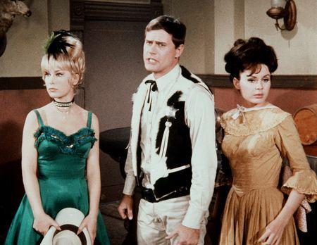 Bezaubernde Jeannie - Jeannie (Barbara Eden, l.) versetzt sich mit Tony (Larr...