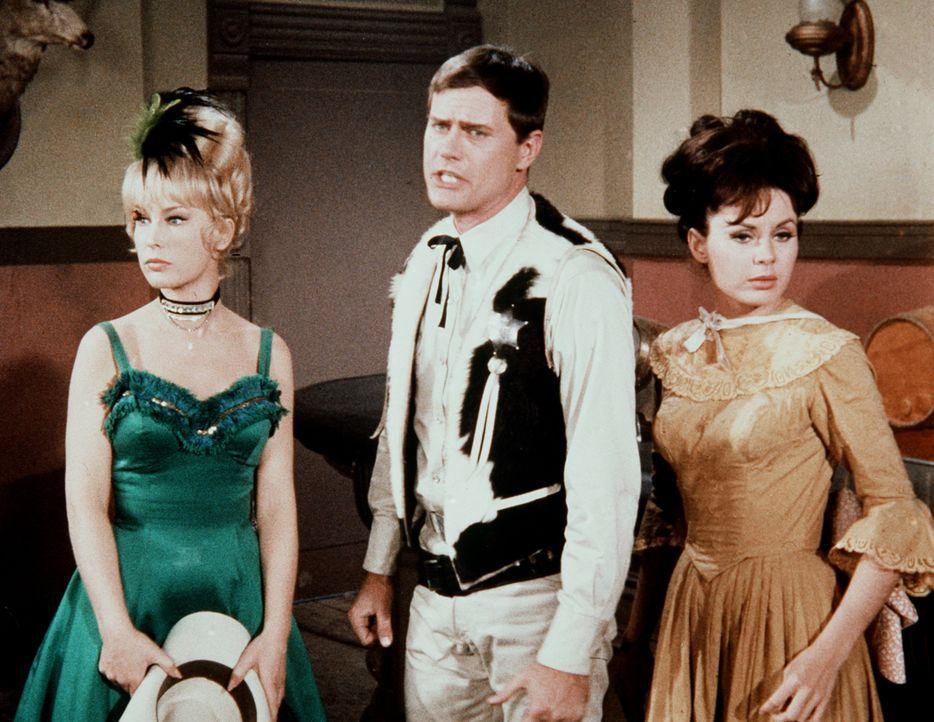 Jeannie (Barbara Eden, l.) versetzt sich mit Tony (Larry Hagman, M.) in den Wilden Westen, wo sich Tony als Sheriff mit einer Verbrecherbande herums... - Bildquelle: Columbia Pictures