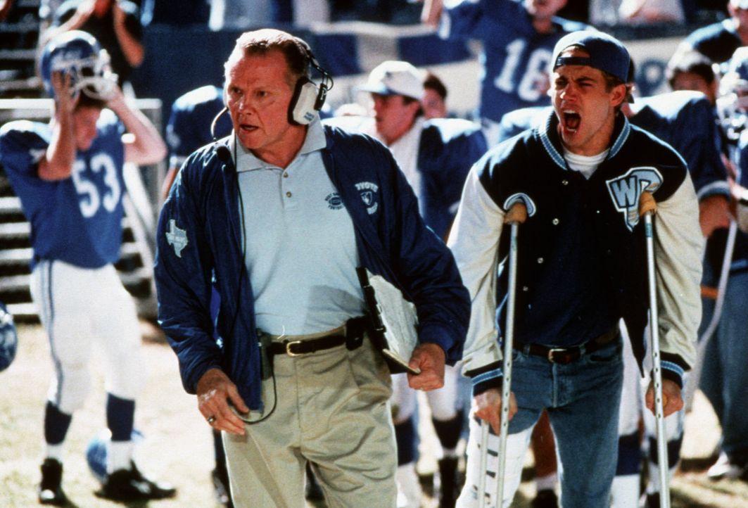 Seit der Star-Quarterback Lance Harbor (Paul Walker, r.) wegen einer Verletzung ausfällt, muss sich der Coach Kilmer (Jon Voight, l.) nicht nur mit... - Bildquelle: TM, ® &   1999 by Paramount Pictures. All Rights Reserved.